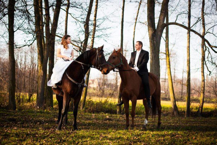Sesja plenerowa z końmi w stadninie – Sylwia i Mariusz